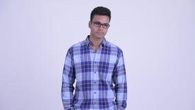 Betonter junger indischer Hippie-Mann, der traurig spricht und schaut stock video