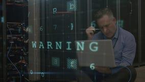 Betonter Mann, der im Serverraum mit bewegenden Datensicherheitsmitteilungen arbeitet stock video