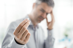 Betonter Mann mit Kopfschmerzen stockbilder