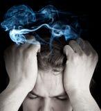 Betonter Mann mit rauchendem Kopf Stockfoto