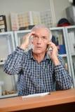 Betonter Mann am Telefon lizenzfreie stockbilder