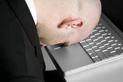 Betonter Mann und Laptop stockfoto