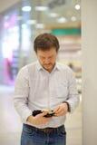 Betonter Mittelaltermann, der Geldbeutel mit russischem Papiergeld hält Stockfotos