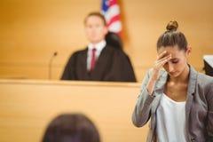 Betonter Rechtsanwalt mit dem Kopf gebeugt Stockfotografie