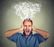Betonter schreiender frustrierter überwältigter Dampf des Mannes, der oben vom Kopf herauskommt Lizenzfreies Stockfoto