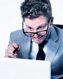 Betonter verrückter Manager bei der Arbeit Lizenzfreie Stockfotografie