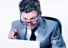 Betonter verrückter Manager bei der Arbeit Lizenzfreies Stockfoto
