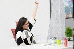 Betonter weiblicher Freiberufler, der im Schock, ernstes Computerproblem habend schreit stockfotografie