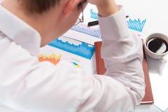 Betontes Leitprogramm am Arbeitsplatz, der seinen Kopf anhält Lizenzfreie Stockfotografie