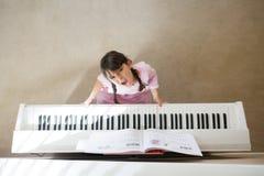 Betontes Mädchen, das Klavier spielt lizenzfreie stockfotos