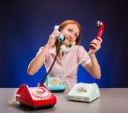 Betontes Mädchen mit Telefonen Stockfoto