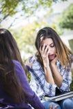 Betontes trauriges junges Mischrasse-Mädchen, das vom Freund getröstet wird Stockfotos