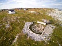Betonuje po drugie słowo bunkierów Wojennych budynki na skalistym wybrzeżu Zdjęcie Stock