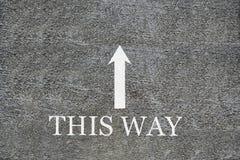 Betonuje zmielonego widok z góry, słowa ten sposób i strzałkowaty wskazywanie kierunki z kopią interliniują dla twój teksta zdjęcie royalty free