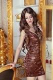 Betoverend mooi meisjesmodel met lang golvend haar Vrouwelijke posin royalty-vrije stock fotografie