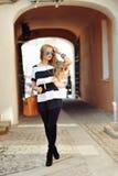 Betoverend mooi portret van de jonge mooie vrouw in zonnebril Royalty-vrije Stock Fotografie