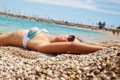 Betoverend mooie jonge vrouw op het strand royalty-vrije stock foto's