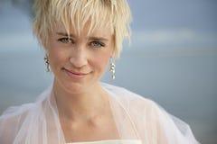 Betoverende bruid op het strand royalty-vrije stock fotografie