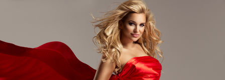 Betoverende curvy blondevrouw royalty-vrije stock foto