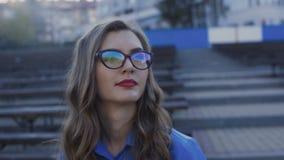 Betoverende damerust op een bank en van de dranken smakelijke straat koffie 4K stock footage