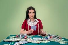 Betoverende donkerbruine vrouw met speelkaarten in casino royalty-vrije stock afbeeldingen