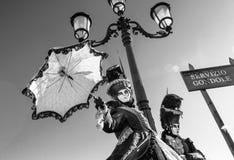 Betoverende, elegante en modieuze uitvoerders tijdens Venetië Carnaval stock foto