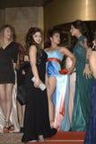 Betoverende jonge dames bij prom royalty-vrije stock foto
