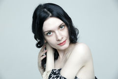 Betoverende jonge donkerbruine vrouw met mooie huid Stock Afbeelding