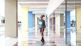Betoverende jonge vrouw die het winkelcentrum weggaan Gelukkig, hebbend pret, ontspanning Langzame motie, vrouwelijk portret stock video