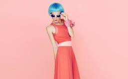 Betoverende manierdame in blauwe pruik en zonnebril Stock Foto's