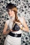 Betoverende retro-gestileerde vrouw stock foto