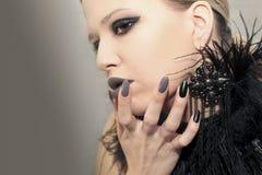 Betoverende steen zwarte grijze make-up, en manicures op scherp ov stock foto's