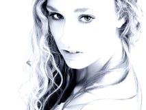 Betoverende Vrouw in Blauwe Tonen Stock Fotografie