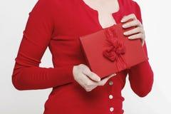 Betoverende vrouw die huidige doos houden Stock Afbeeldingen