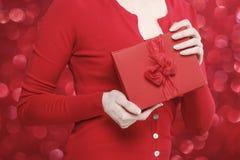 Betoverende vrouw die huidige doos houden Stock Afbeelding
