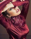 Betoverende vrouw die kastanjebruine kleding dragen royalty-vrije stock foto