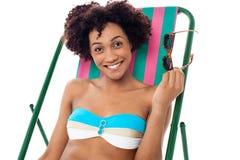 Betoverende vrouw in lingerie het ontspannen op een deckchair Stock Afbeelding
