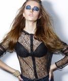 Betoverende Vrouw met In Blauwe Oogmake-up. Extravagante Heldere Makeover Royalty-vrije Stock Foto
