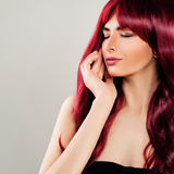 Betoverende Vrouw met Rood Krullend Haar Mooi Roodharigemodel Stock Afbeeldingen