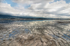 Beträchtliche Kräuselung-Strand-Landschaft mit Wolken-Reflexion Lizenzfreies Stockfoto