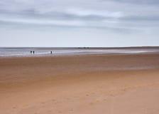 Beträchtlicher Strand und Horizont mit Zahlen, Norfolk, Großbritannien lizenzfreie stockbilder