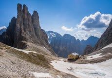 Beträffande Alberto bergkoja och Torri del Vajolet berg med en frostsjö i en solig dag, Dolomites, Italien Arkivbild