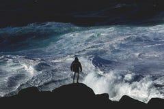 Betrachten der großen Meereswogen lizenzfreie stockfotografie