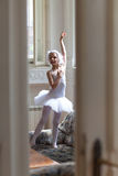 Betrachten der jungen Ballerina durch die Türen Lizenzfreie Stockfotos