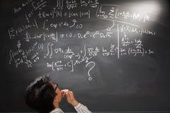 Betrachten der schwierigen komplizierten Gleichung Lizenzfreie Stockfotos