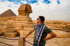 Betrachten der Sphinxes in Giseh Kairo-Stadt und Fluss Nil Stockbild