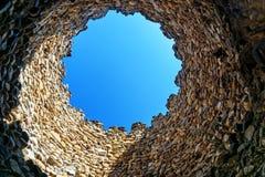 Betrachten des Himmels durch Loch im Turm Sighnaghi-Stadtmauer Georgia Stockfotografie
