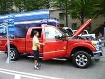 Betrachten des LKW Ford-4X4 Stockbild