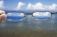 Betrachten des Meeres durch die Gläser Stockbild