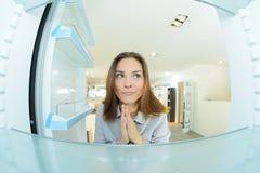 Betrachten des neuen Kühlschranks lizenzfreies stockfoto